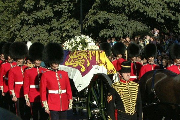 Gun carriage pulled by King's Troop horses bears the coffin of Princess Diana. Photo (C) BEN CURTIS
