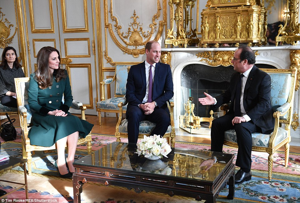 Kate wore the same green Catherine Walker outfit to meet President Hollande, but the only difference was that Kate had quickly taken her hair down en route to the city