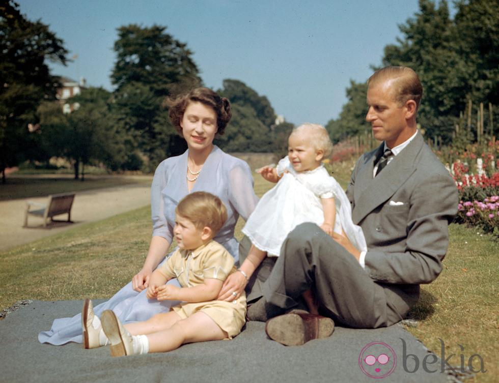 POSADO DE LA PRINCESA ISABEL II DE EDIMBURGO , SU MARIDO FELIPE DE INGLATERRA ( DUQUE DE EDIMBURGO ) JUNTOS A SUS HIJOS EL PRINCIPE CARLOS Y LA PRINCESA ANA EN UN PARQUE DE LONDRES AP Photo / © RADIALPRESS 01/08/1951 LONDRES *** Local Caption *** Britain's Princess Elizabeth, later Queen Elizabeth II, Prince Philip and their children Prince Charles and Princess Anne on the lawn at Clarence House, London, Aug. 8, 1951. (AP Photo)