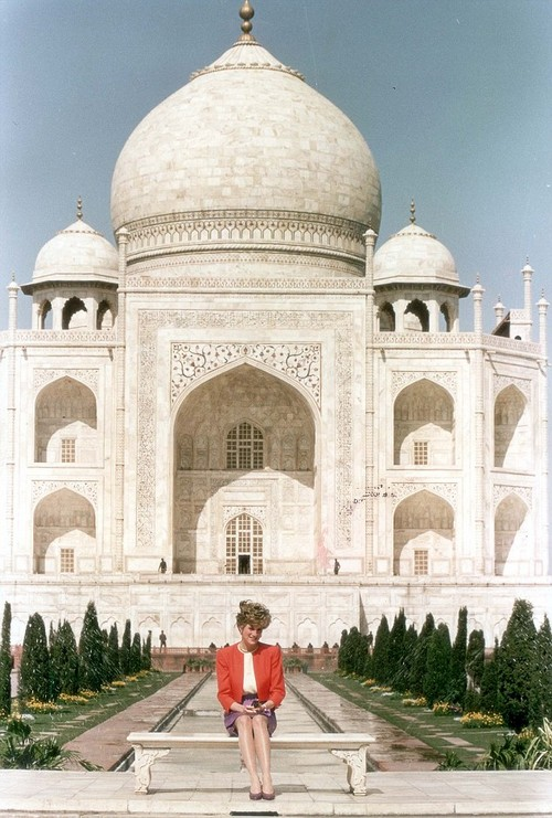 """PKT 651 - 24133 LP3D PRINCE AND DIANA, PRINCESS OF WALES INDIA 1992  Princess Diana sat in wistful solitude at the Taj Mahal - the world's most famous monument to a lost love.  It was, she said, 'fantastic'. Then she added, mysteriously: """"It is a very healing place."""""""