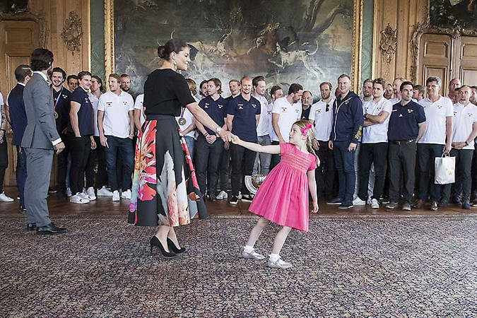 04 Princess Estelle and Prince Oscar steal the show while meeting Swedish National Ice Hockey team. Photo C REX