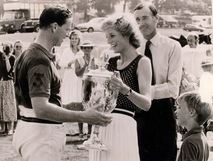 1989 PICTURE., PRINCESS DIANA PRESENTS CAPTAIN JAMES HEWITT WITH THE CAPTAIN AND SUBALTERNS CUP Photo (C) GETTY IMAGES