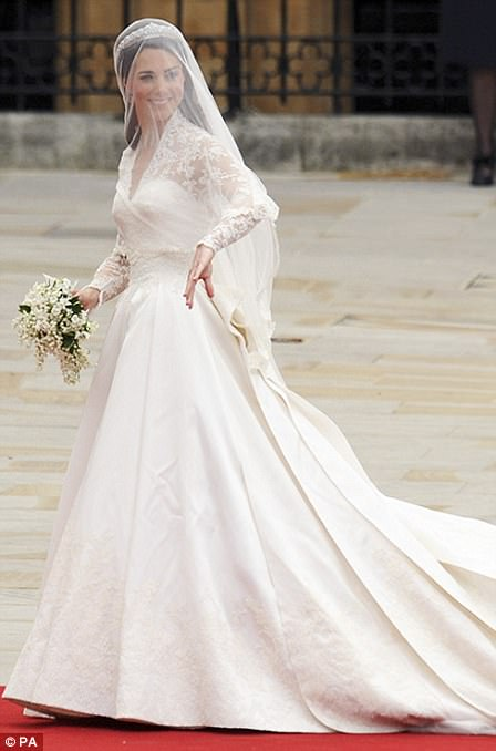 How meghan markle stole pippa middleton s wedding spotlight for Giles deacon wedding dresses