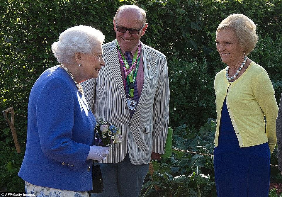 The Queen was on fine as she met British chef and television presenter Mary Berry.The Chelsea flower show, held annually in the grounds of the Royal Hospital Chelsea