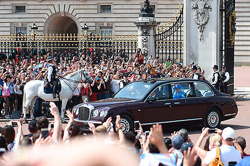 Crowds gathered outside Buckingham Palace to catch a glimpse of the royals Photo (C) GETTY IMAGES