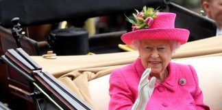 The Queens hat featured a pretty tulip adornment and she teamed the ensemble with her trusty white gloves