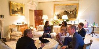 President Barack Obama talks with the Duke of Cambridge while the Duchess of Cambridge plays Photo (C) GETTY IMAGES