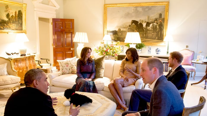 10 President Barack Obama talks with the Duke of Cambridge while the Duchess of Cambridge plays Photo C GETTY IMAGES