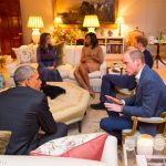 6 President Barack Obama talks with the Duke of Cambridge while the Duchess of Cambridge plays Photo C GETTY IMAGES