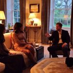 8 President Barack Obama talks with the Duke of Cambridge while the Duchess of Cambridge plays Photo C GETTY IMAGES