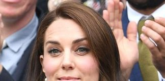 Kate claps as she cheers on defending champion Andy Murray