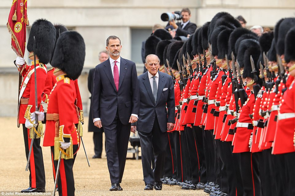 The King of Spain greets the Queen with a kiss