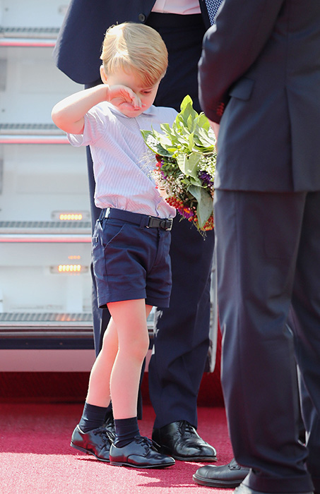 Prince George appeared tired after his plane journey Photo (C) GETTY IMAGES