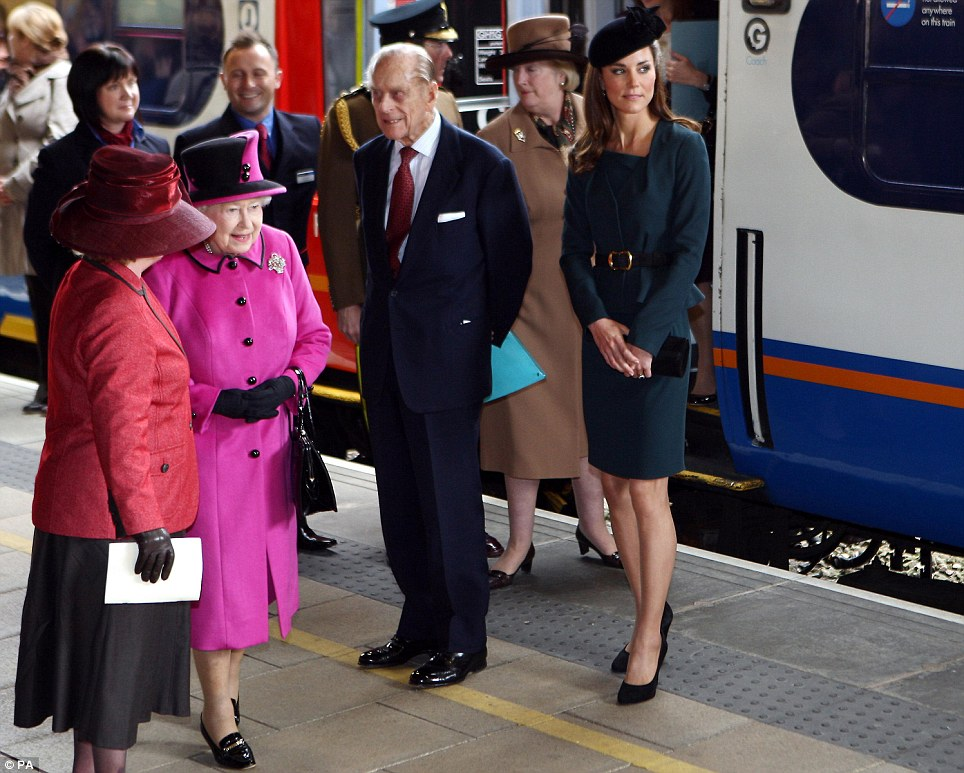 Queen Elizabeth, Prince Philip and Catherine Duchess of Cambridge at Train Station Photo (C) GETTY IMAGES