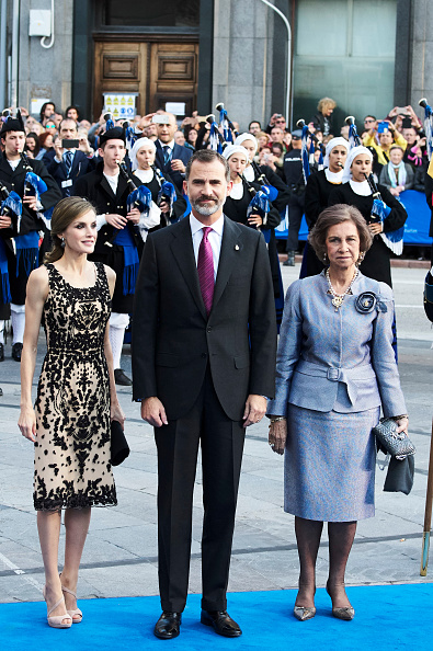 OVIEDO, SPAIN - OCTOBER 21:  King Felipe VI of Spain (C), Queen Letizia of Spain (L) and Queen Sofia (R) attend the Princesa de Asturias Awards 2016 ceremony at the Campoamor Theater on October 21, 2016 in Oviedo, Spain.  (Photo by Carlos Alvarez/Getty Images)