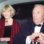 The Duchess chatted intently to the old soldier and lamented that her father who died in 2006 was not alive