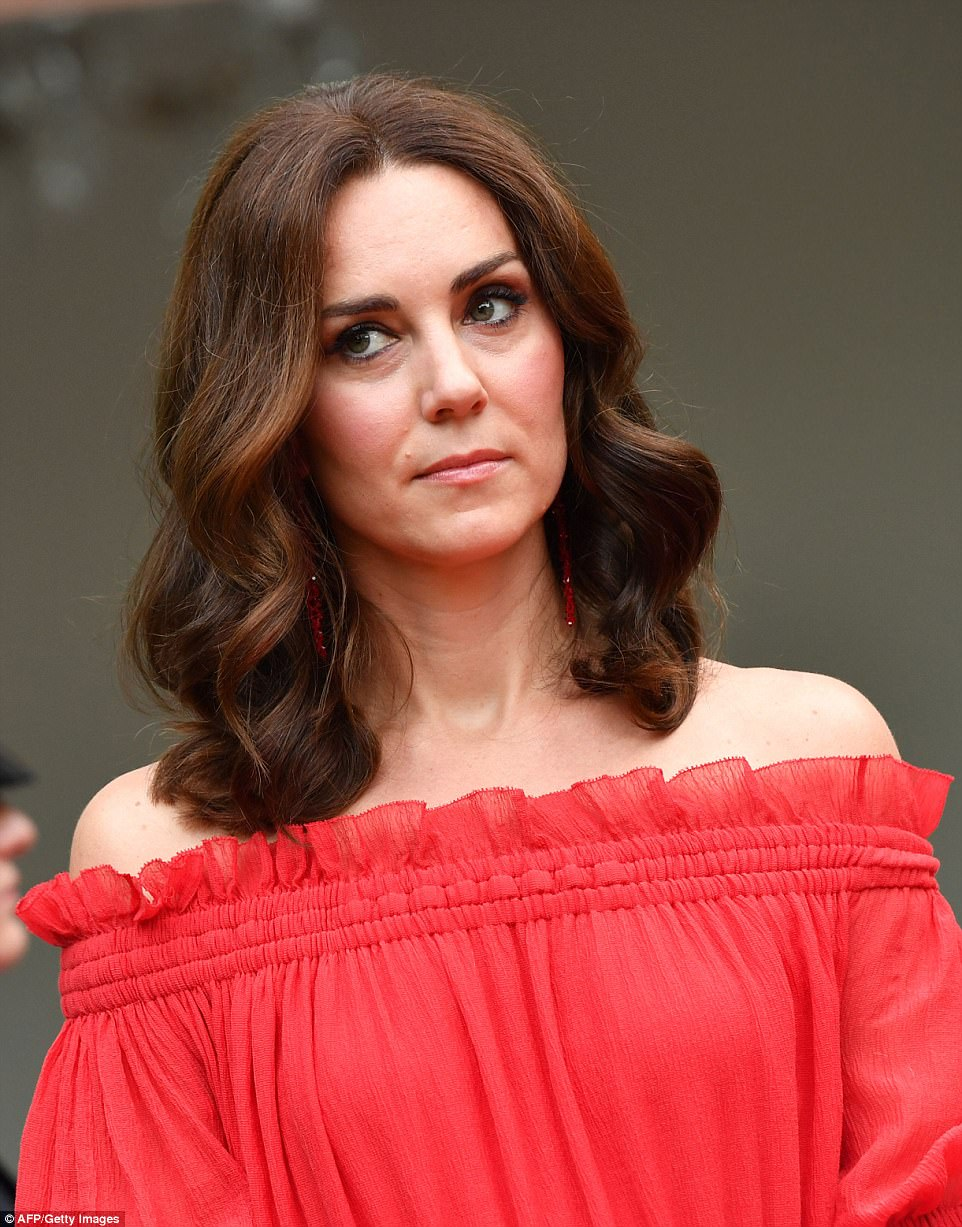 The Duchess, who usuallu favours a subtle makeup look, kept cosmetics to a minimum and let her dress do the talking