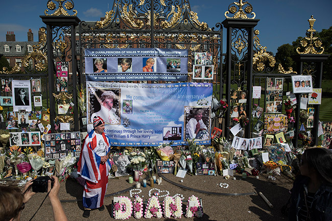 Fans have paid tribute at Kensington Palace Photo C GETTY IMAGES