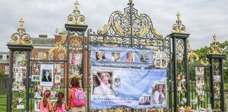 Fans have paid tribute to Diana at Kensington Palace Photo (C) GETTY IMAGES