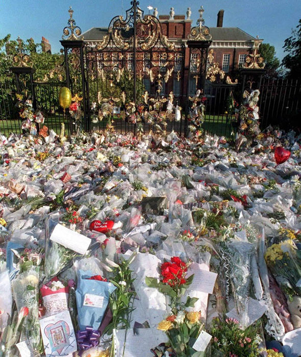 Foral tributes placed in front of Kensington Palace Photo (C) EPA