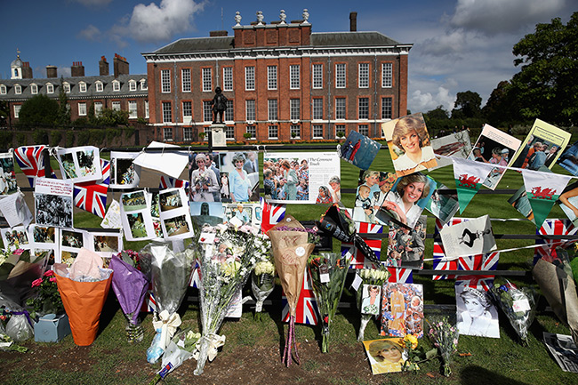 Members of the public visited Kensington Palace, Diana's former home Photo (C) GETTY IMAGES