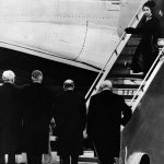 Queen Elizabeth II of England gets off plane in 1952 Photo C GETTY IMAGES