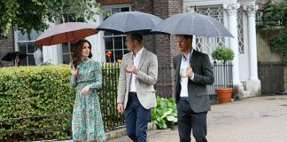 The trio walked around the gardens at Kensington Palace Photo (C) GETTY IMAGES