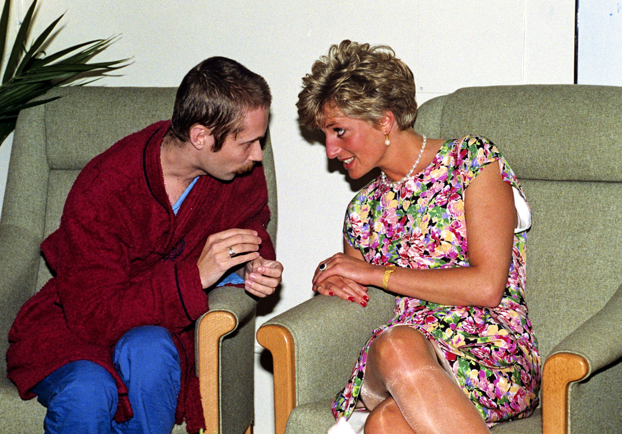 Mandatory Credit: Photo by News Group/REX/Shutterstock (187592c) Princess Diana Talking to AIDS patient Princess Diana visiting the AIDS Unit at the Middlesex Hospital, London, Britain - 1991 Princess Diana visiting the AIDS Unit at the Middlesex Hospital, London, Britain - 1991 Copyright (c) 1991 Rex Features. No use without permission.    187592c 187592c Rex Features