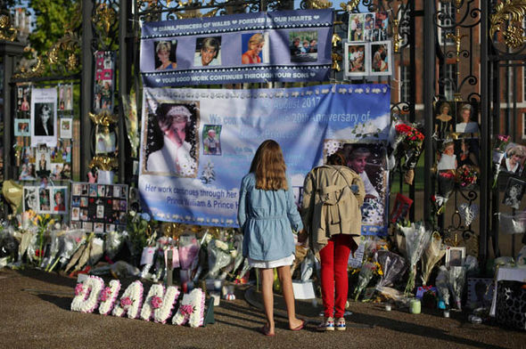 People have gathered in London to remember Princess Diana Photo (C) AFP