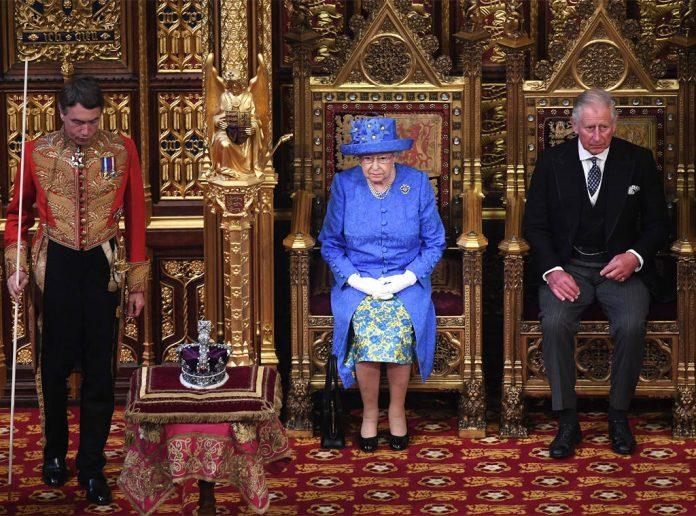 Queen Elizabeth II and Queen Elizabeth II Photo (C) CARL COURT, POOL VIA AP