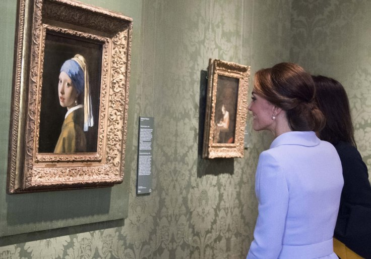Catherine, Duchess of Cambridge views the 'Girl with a Pearl Earring' - Photo (C) Pool, Getty Images