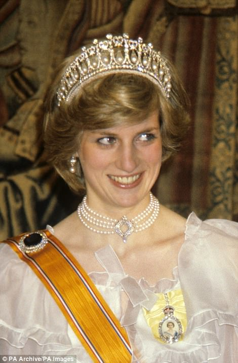 The necklace worn by Kate this evening previously belonged to the Queen who has in the past lent it to Princess Diana