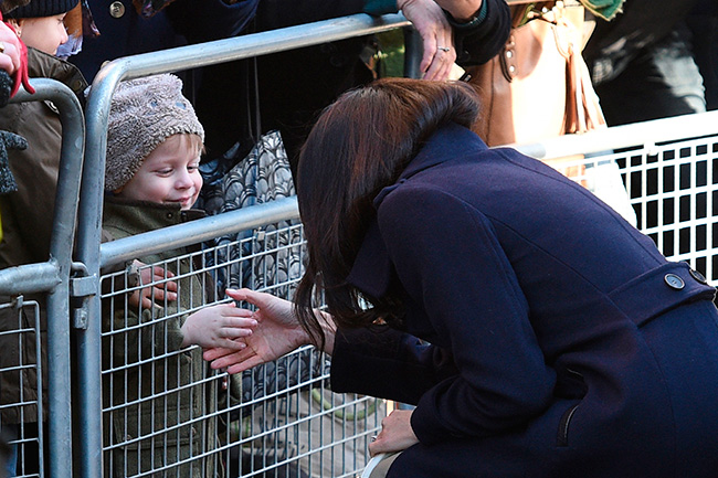 Meghan meets one young member of the public Photo (C) GETTY