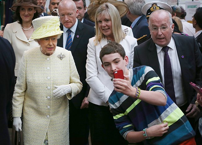 The Queen considers it bad manners for the public to take selfies when she's out Photo (C) GETTY