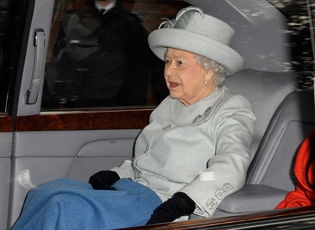 The Queen kept warm in the car Photo C GETTY IMAGES