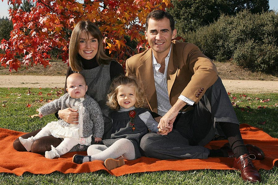 This undated handout photo provided by the Spanish Royal House shows Spain's Crown Prince Felipe(R) Princess Letizia (2L) their daughters Sofia (L) and Leonor (C) posing in an unknown location for a Christmas card distributed by the Spanish Royal House 14 December, 2007.  AFP PHOTO/SPANISH ROYAL HOUSE (Photo credit should read -/AFP/Getty Images) Photo: © Getty Images