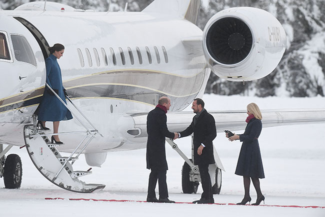 OSLO, NORWAY - FEBRUARY 01: Prince William, Duke of Cambridge and Catherine, Duchess of Cambridge are greeted by Crown Prince Haakon and Crown Princess Mette-Marit of Norway as they arrive to Oslo Gardermoen Airport on day 3 of their visit to Sweden and Norway on February 1, 2018 in Oslo, Norway. (Photo by Chris Jackson/Chris Jackson/Getty Images)