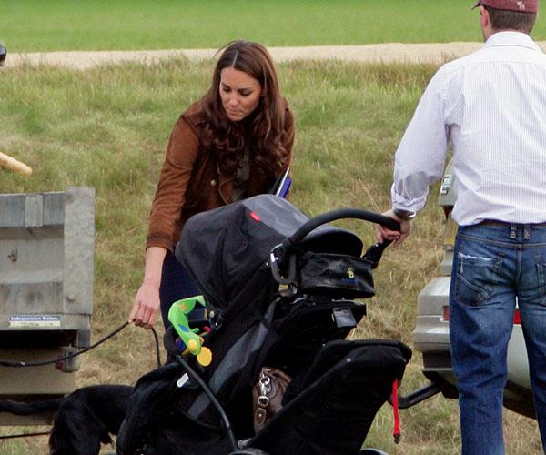 Family day out! Kate and the kids enjoyed a stroll around Kensington Gardens. Photo (C) GETTY