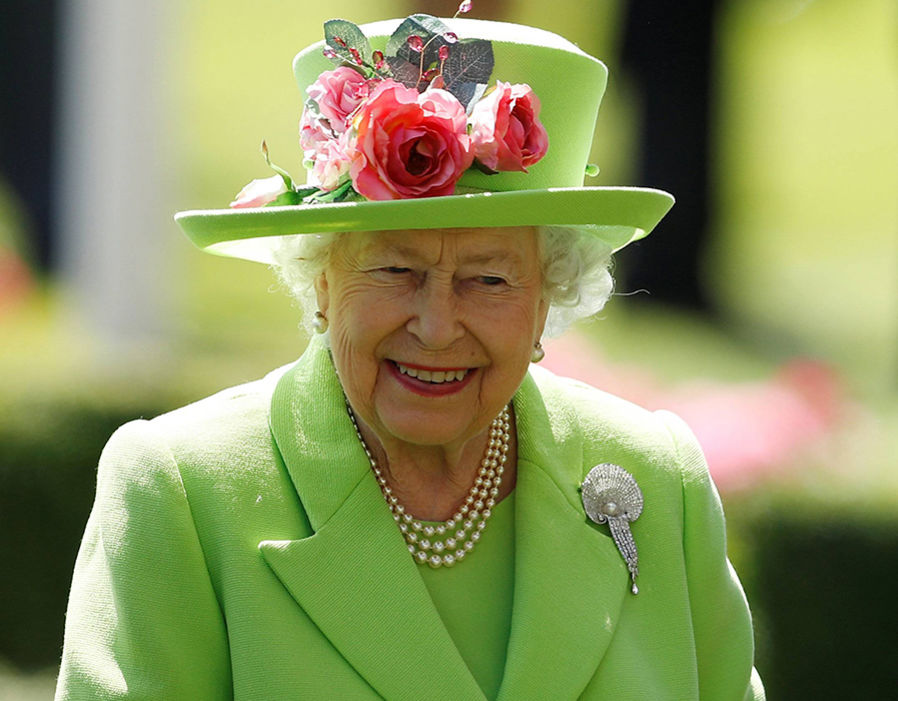 Queen Elizabeth during the racing on day four Photo (C) REUTERS