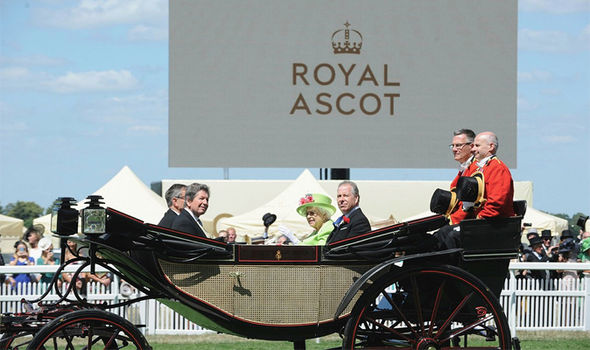 Sarah Ferguson and Princess Beatrice curtsied as the Queen carriage arrived at Ascot Photo (C) GETTY