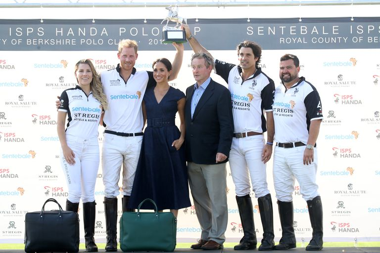 MEGHAN POSING WITH THE WINNING TEAM Photo (C) GETTYCHRIS JACKSON