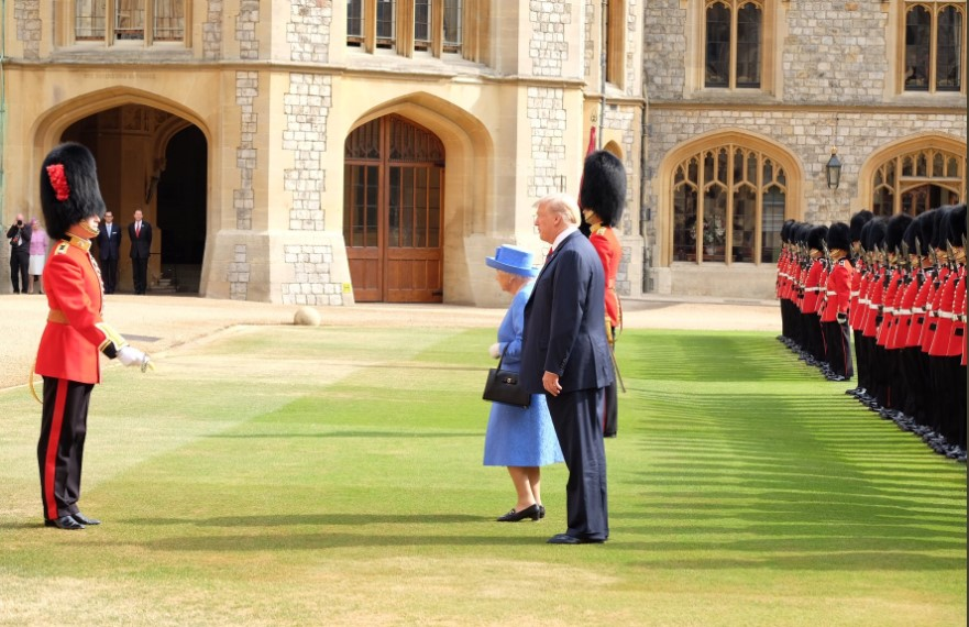 The Queen and the President inspect the Guard of Honour, formed of the Coldstream Guards. Photo (C) TWITTER