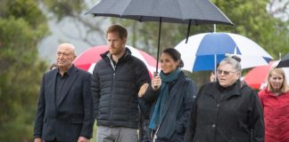 Harry and Meghan snuggled under an umbrella Photo C GETTY