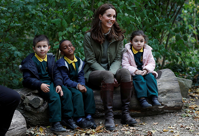 The Duchess also listened to a story with the kids Photo (C) GETTY IMAGES