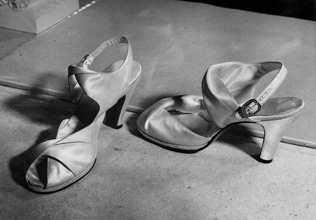 The Queen then Princess Elizabeth also wore peep toe and block heel shoes Photo C GETTY IMAGES