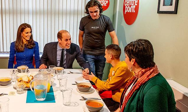 Prince William laughs at royal protocol with young dinner guests Photo C GETTY