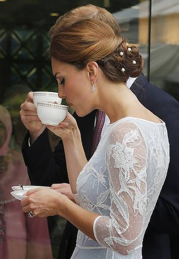 How to hold a teacup Photo C GETTY IMAGES
