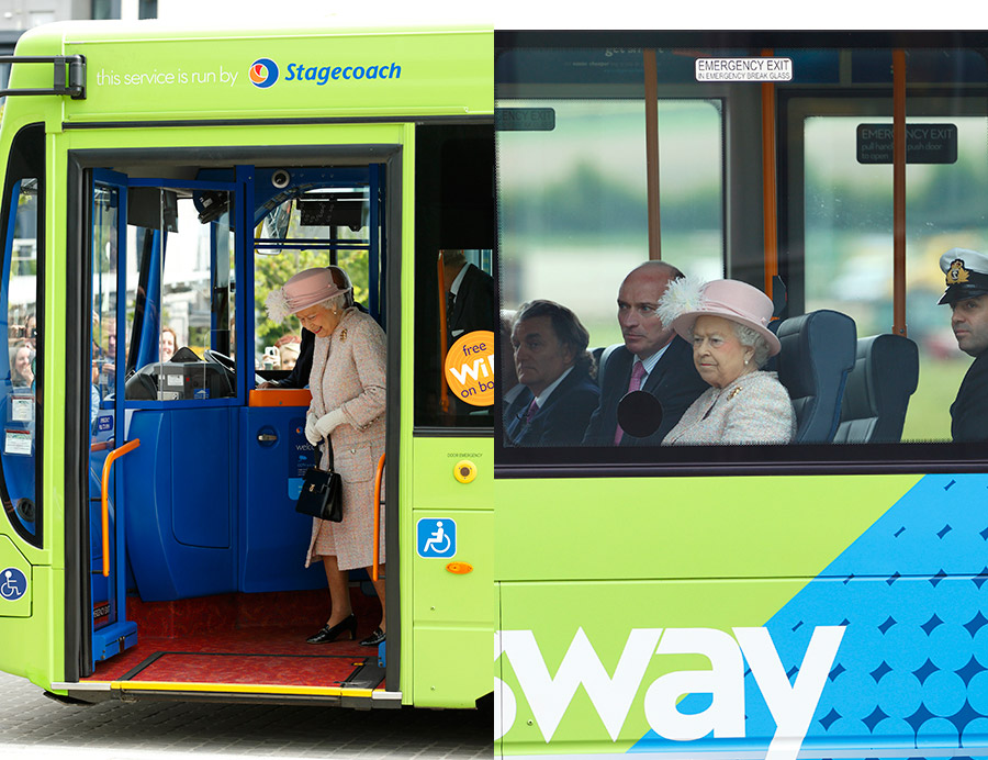 The Queen and the Duke of Edinburgh on a bus Photo C GETTY IMAGES
