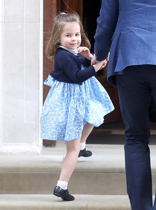 princess-charlotte-meets-royal-baby