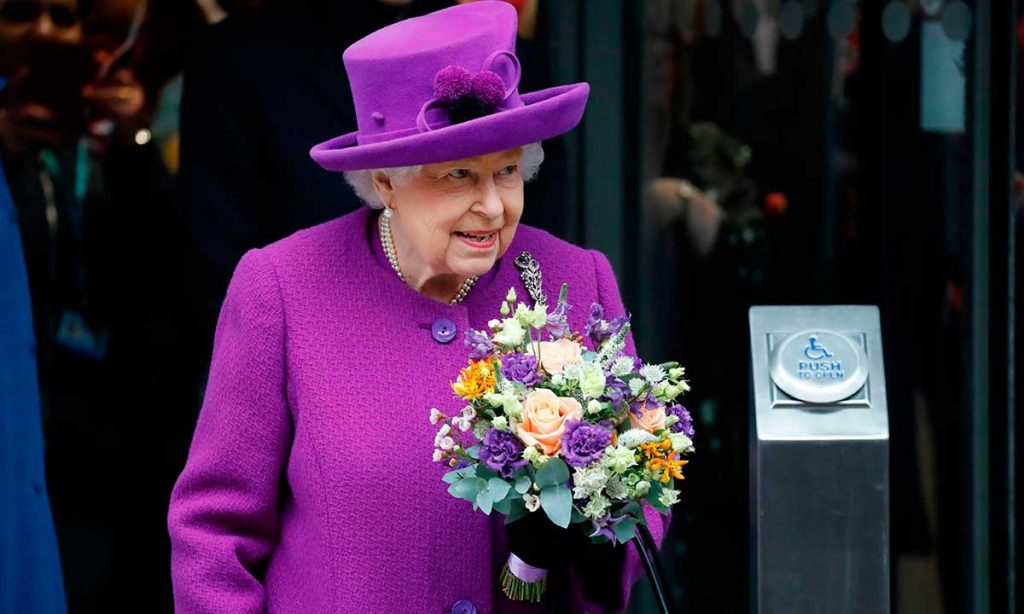 The Queen reveals she had braces as a child during visit to dental hospital Photo C GETTY IMAGES